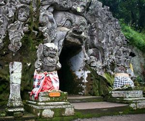 Rental Mobil Pariwisata Denpasar on Denpasar  Lokasi Tepatnya Goa Ini Adalah Di Tepi Jurang Dan Merupakan