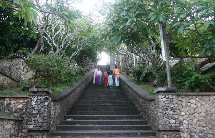 tangga menuju pura uluwatu