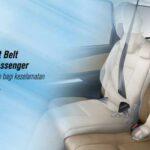 sabuk pengaman tersilang pada penumpang ketiga di jok baris kedua