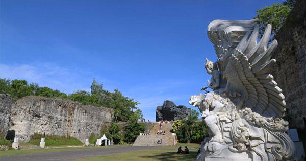 Daya Tarik Lotus Pond GWK Bali
