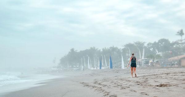 Jalan-Jalan Di Sepanjang Pantai Seminyak Bali
