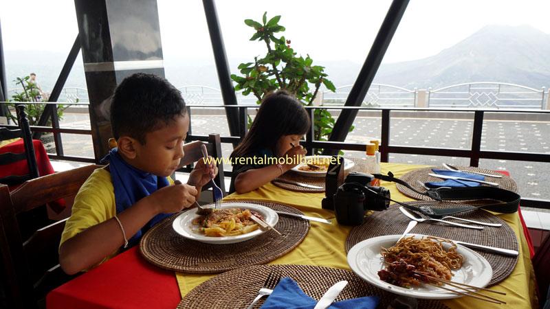 Melihat Pemandangan Gunung Berapi & Danau Sambil Makan Siang