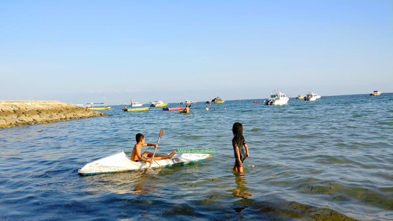 Main Kano Dengan Anak Di Pantai Semawang - Tempat Wisata Sanur Bali