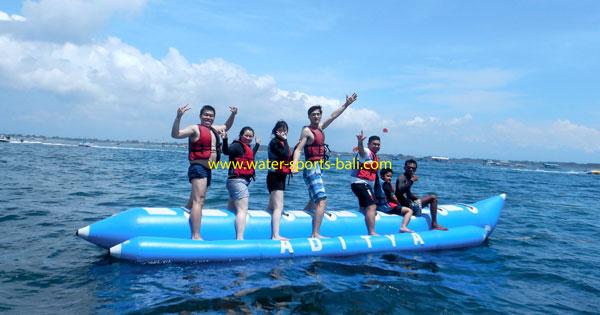 Aktivitas Banana Boat Pantai Tanjung Benoa Bali